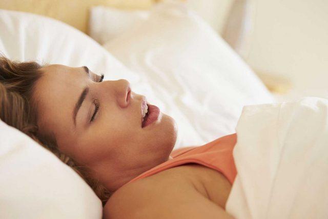 Ağzı Açık Uyumanın Nedenleri ve Tedavisi
